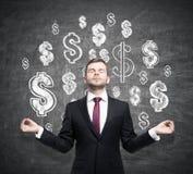 Het mediteren van de mens, rode band, glanzende dollartekens Royalty-vrije Stock Afbeeldingen