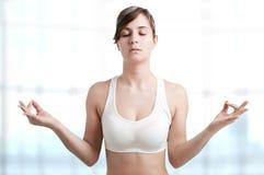 Het Mediteren van de vrouw stock afbeeldingen