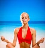 Het mediteren van de vrouw stock foto