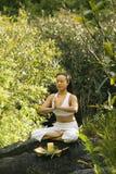 Het mediteren van de vrouw. stock afbeelding