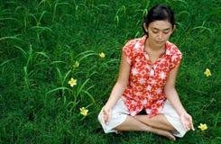 Het mediteren van de vrouw in aard Stock Afbeeldingen