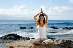Het Mediteren van de vrouw bij het Strand Stock Foto's