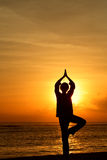 Het Mediteren van de vrouw bij zonsopgang Royalty-vrije Stock Afbeelding