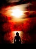 Het Mediteren van de vrouw op Rode Grunge Royalty-vrije Stock Afbeelding