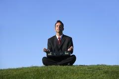 Het mediteren van de zakenman Stock Fotografie