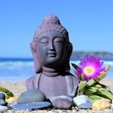 Het mediteren van het standbeeld van Boedha op zand Stock Afbeelding
