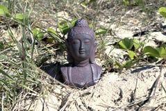 Het mediteren van het standbeeld van Boedha op zand Royalty-vrije Stock Afbeeldingen