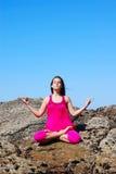 Het mediteren van jonge vrouw Stock Afbeelding