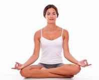 Het mediteren van jonge vrouw op witte achtergrond royalty-vrije stock afbeeldingen