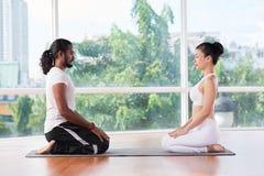 Het mediteren van paar stock foto