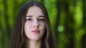 Het mediteren van vrouw opent ogen, die van langzaam droom in openlucht wekken, rust zen stock video