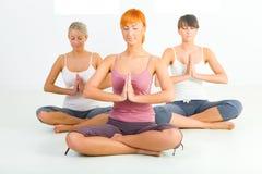 Het mediteren van vrouwen Stock Foto