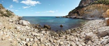 Het mediterrane panorama van het kustlijnlandschap in Alicante, Spanje Stock Foto