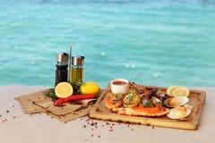 Het mediterrane voedsel is op de achtergrond van het overzees royalty-vrije stock fotografie