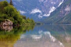 Het meer in Alpen Stock Afbeeldingen