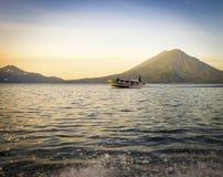 Het Meer Atitlan van de toeristenboot Royalty-vrije Stock Fotografie