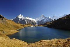 Het meer Bachalpsee van de berg dichtbij Grindelwald Stock Foto
