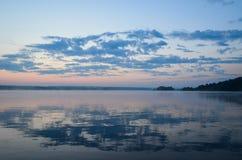 Het meer is behandeld met ochtendwolken Stock Foto