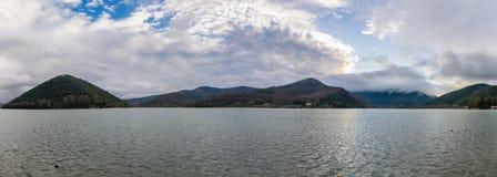 Het meer in bergen Piediluco, Umbrië, Italië stock afbeelding