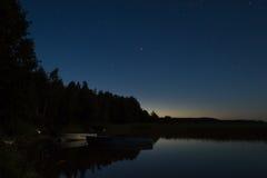 Het meer bij nacht Stock Foto's