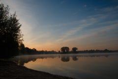 Het meer bij zonsopgang Royalty-vrije Stock Foto's