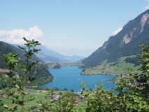 Het meer Brienz van Brunig-Pas in Zwitserland met duidelijke blauwe hemel in 2018 wordt gezien verwarmt zonnige de zomerdag die royalty-vrije stock afbeelding