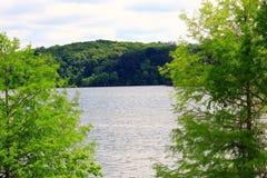 Het meer D ` Arbonne heeft meer dan 65 kampeerterreinen met 18 vakantiecabines voor een grote visserij of roeien ervaring royalty-vrije stock foto