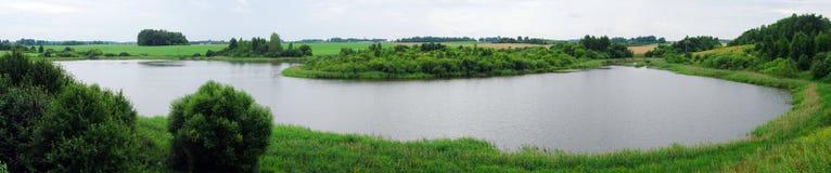 Het meer in de groene aard stock afbeelding