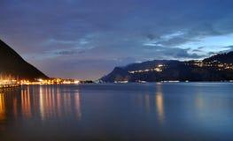 Het meer in de nacht Stock Afbeelding