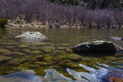Het meer, de rotsen en een de lentedag stock afbeelding