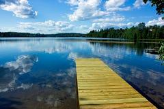 het meer in de zomer Zonnige dag Royalty-vrije Stock Afbeeldingen
