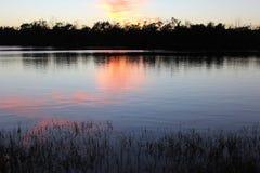 Het meer door de zon wordt geschilderd die Stock Afbeeldingen
