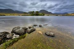 Het meer en de bergen van Connemara in Co Mayo, Ierland Royalty-vrije Stock Fotografie