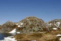 Het meer en de permafrost van de berg Stock Afbeelding
