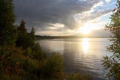 Het meer en de zon stock foto's
