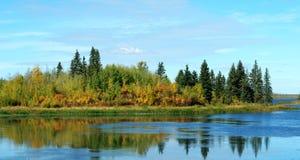 Het meer en het eiland van de herfst Royalty-vrije Stock Afbeeldingen