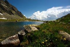 Het meer en het gras van de berg Royalty-vrije Stock Afbeeldingen