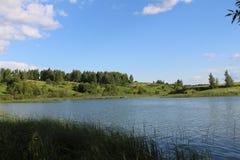 Het meer is in goed zonnig weer Stock Foto