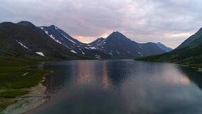 Het meer Grote Hadataeganlor die, Augustus luchtvideo gelijk maken Polair Oeralgebergte, Rusland stock footage