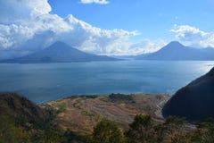 Het Meer Guatemala van panoramaatitlan royalty-vrije stock fotografie