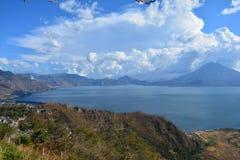 Het Meer Guatemala van panoramaatitlan stock afbeelding