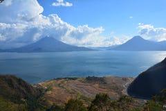 Het Meer Guatemala van panoramaatitlan royalty-vrije stock afbeeldingen