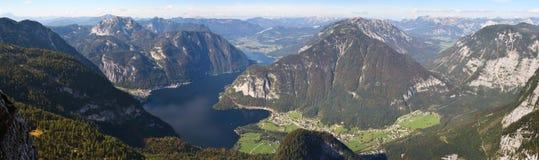 Het meer Hallstattersee van de berg Stock Afbeeldingen