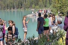 Het meer louise Alberta Canada met mensen royalty-vrije stock afbeeldingen
