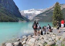 Het meer louise Alberta Canada met mensen royalty-vrije stock afbeelding