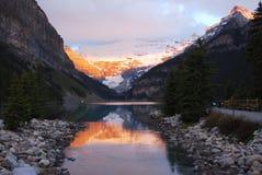 Het meer louise bij zonsopgang Royalty-vrije Stock Afbeeldingen