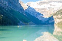 Het meer louise canoas met toeristen in de zomer stock afbeeldingen