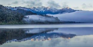 Het Meer Mapourika, NZ van bezinningen stock fotografie