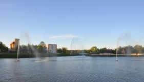 Het meer met fonteinen bij Lidsky-Kasteel wit-rusland Stock Fotografie