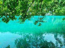 Het meer met lichtgevend azuurblauw-gekleurd water Groen en rotsen De Meren van Plitvice, Kroatië royalty-vrije stock foto's